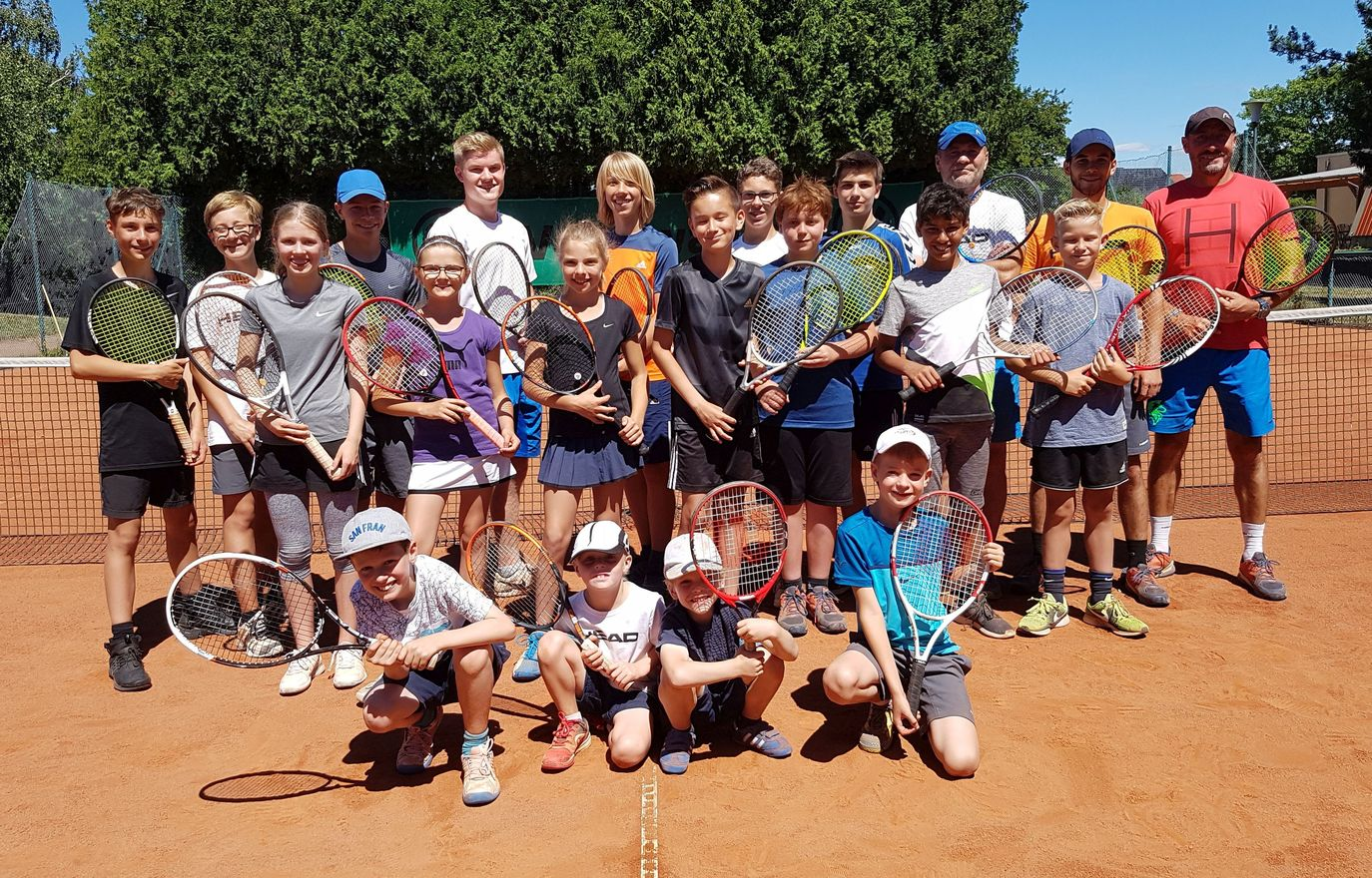 18 Kinder im Tennis-Camp